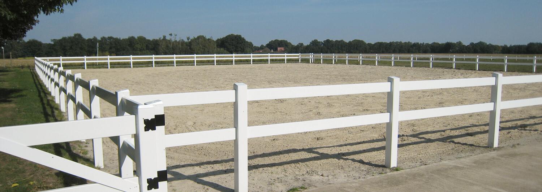 Der große Reitplatz ist von einem Pferdezaun aus Kunststoff umgeben | Poda Zaun