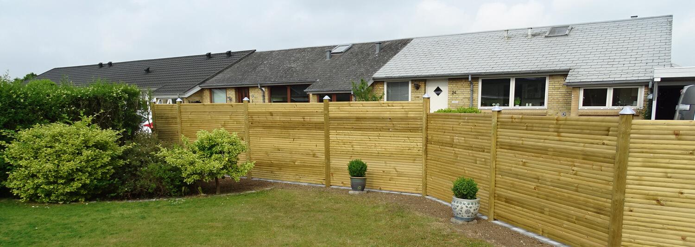 Et pænt havehegn i træ sikrer at naboerne ikke kan kigge ind i haven | Poda Hegn