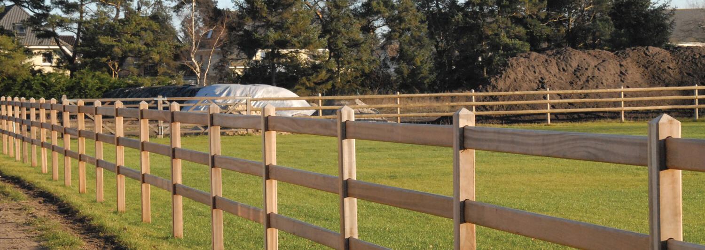 En hestefold bestående af det eksklusive Oxford hestehegn i hårdttræ ligger øde hen i aftensolen | Poda Hegn
