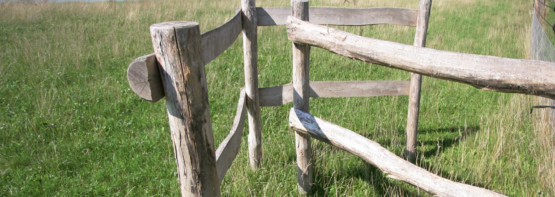 En pileformet passasje gjør at gående lett kan komme inn og ut av innhegninger med kveg og hester | Poda Gjerder