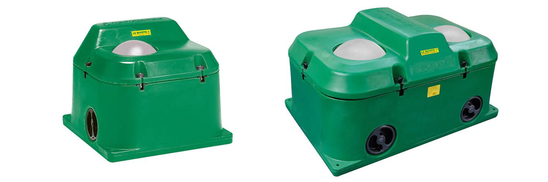 Helårsvattentråget till vänster har ett enda hål som djuren kan dricka ur, medan det till höger har två | Poda Stängsel