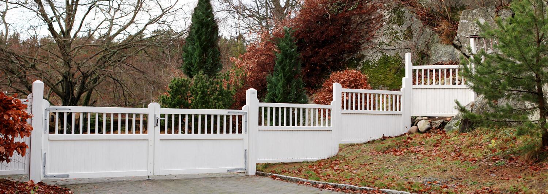 En vit träport markerar var egendomens infart slutar | Poda Stängsel