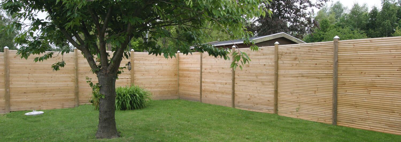 Ett nytt slanstängsel bidrar till att skapa en lugn hörna i trädgården | Poda Stängsel