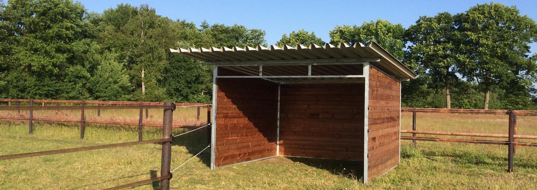 Bakom ett vindskydd kan hästar, boskap, får och andra djur som inte har tillgång till stall söka lä | Poda Stängsel